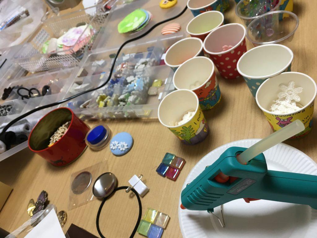 帯留め手作り作業中の写真